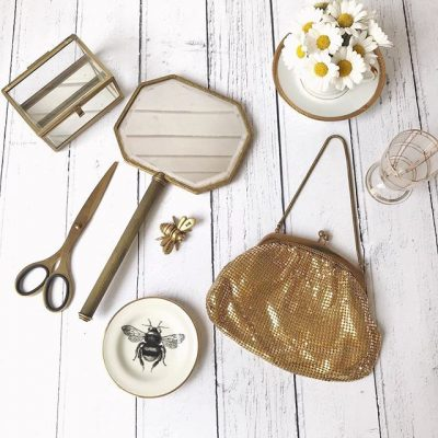 Be kind, be happy, be positive, just be you….lots of lovely gold tones in this flatlay. The inspiration was the little golden bee, a gift from @lifehere_lifethere x More info on this flatlay and a time-lapse video in today's Instastories #smallandmightystories